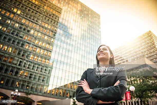 business-Frau mit Arme verschränkt vor einem-Gebäude