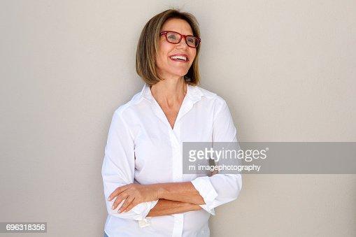 femme d'affaires avec des lunettes souriant : Photo