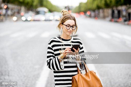 Femme d'affaires avec téléphone dans la rue : Photo