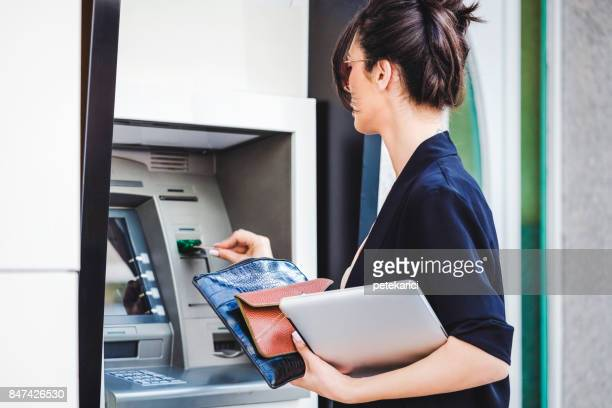 Femme d'affaires retirer de l'argent de l'ATM