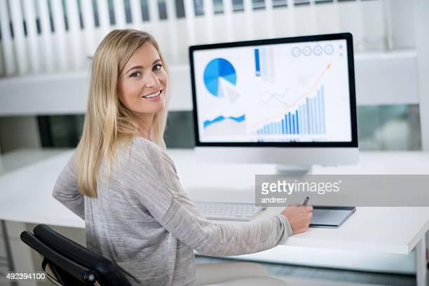 Mujer de negocios que trabajan en la oficina