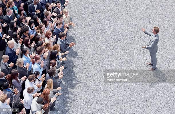 Homme d'affaires répondant Taper dans les mains de la foule