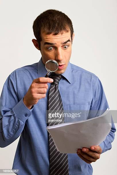 Empresário analisar os documentos