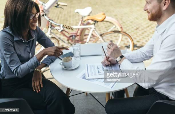 Femme d'affaires et entreprises travaillent en plein air