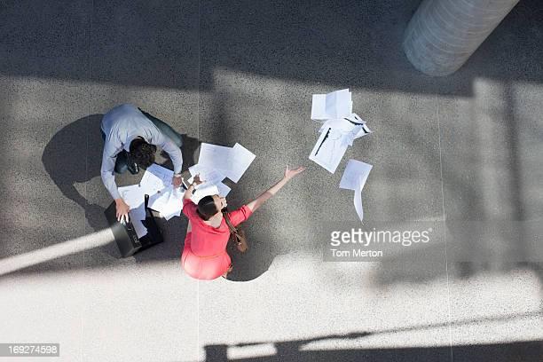 Geschäftsmann und Geschäftsfrau um Papier