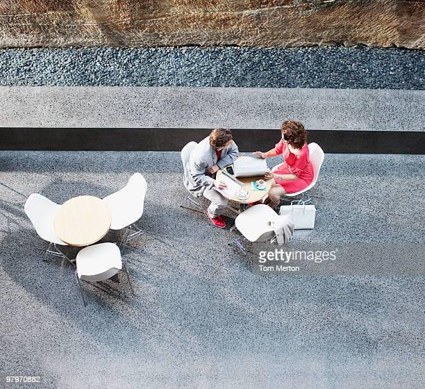 ビジネスマンやビジネスウーマンのミーティングテーブル
