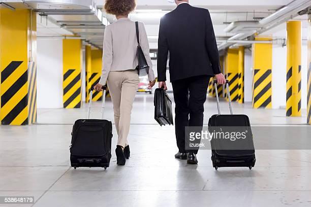 Geschäftsmann und Geschäftsfrau auf business-Reisen