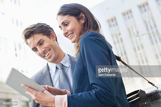 Geschäftsmann und Geschäftsfrau mit tablet PC