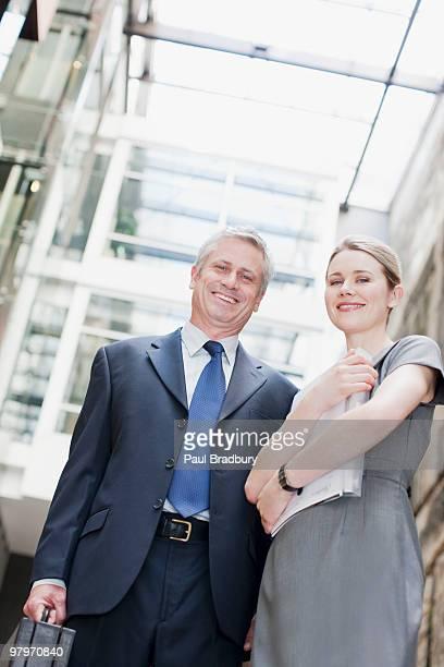 ビジネスマンやビジネスウーマンに書類