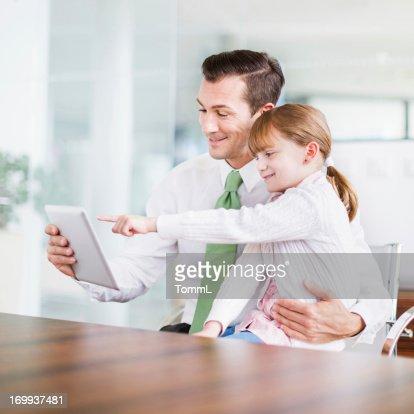 ビジネスマンと父 Daugther のオフィス : ストックフォト