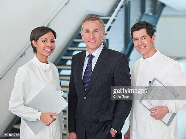 Geschäftsmann und Wissenschaftler Lächeln zusammen