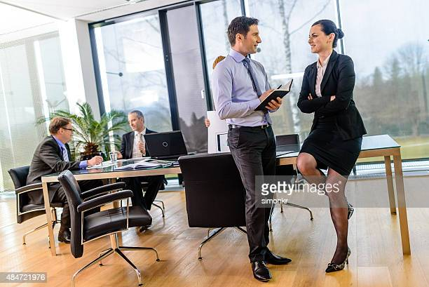 Un homme et une femme dans la salle de conférence
