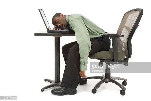 Homme d'affaires endormi à son bureau