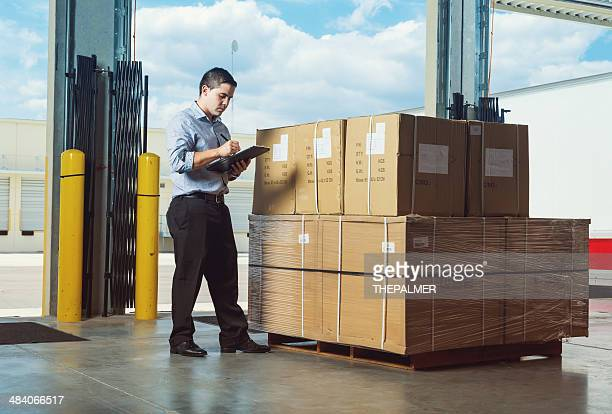 Uomo d'affari in magazzino