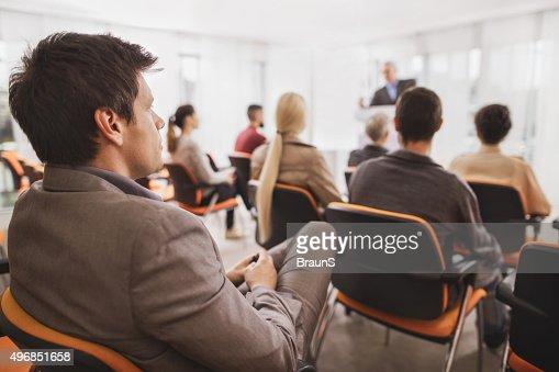 ビジネスマン、ビジネスセミナーに出席のボードルームがございます。