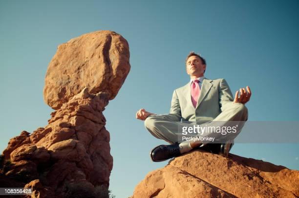 Empresario saldo próximo al equilibrio de rocas