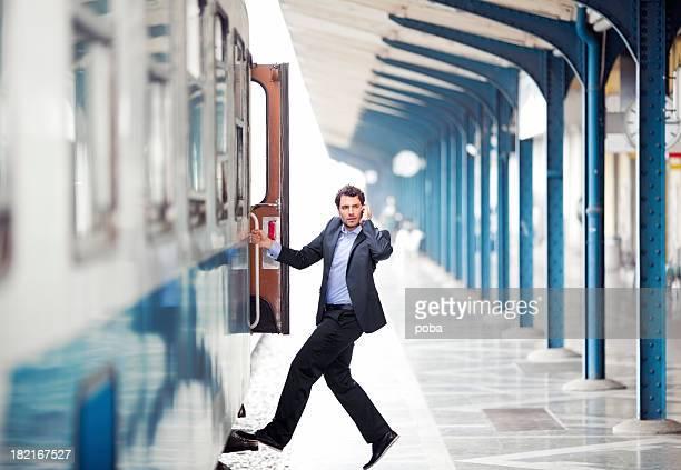 Geschäftsmann Einsteigen in einen Zug und reden am Telefon