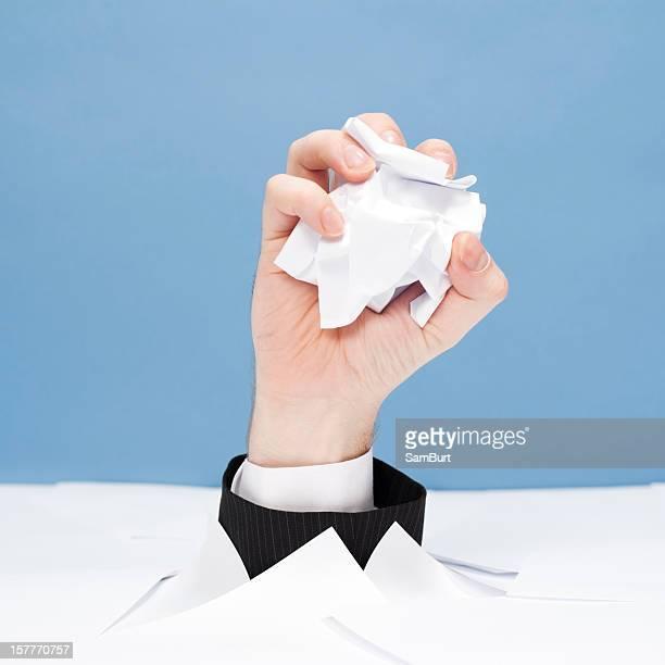 Homme d'affaires compte tenu de paperasserie