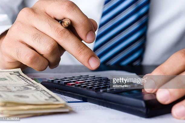 Homme d'affaires de calculer-gros plan