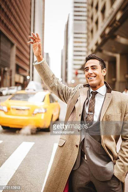 Homme d'affaires appelant un taxi à new york city