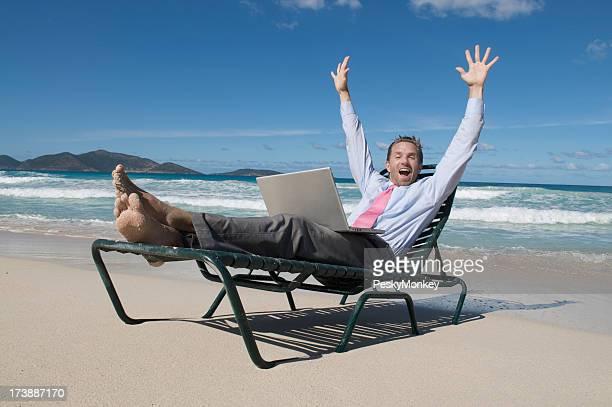Homme d'affaires célèbre de sa chaise de plage