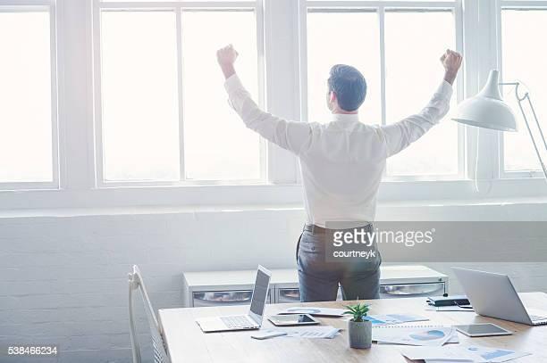 Geschäftsmann feiert nach einer Tagung.