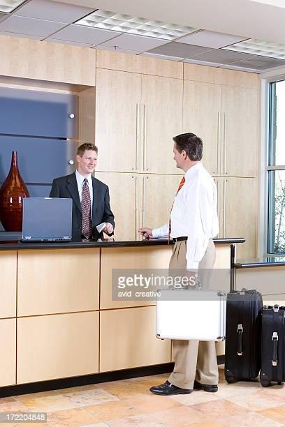 Empresário verificar na na recepção secretária