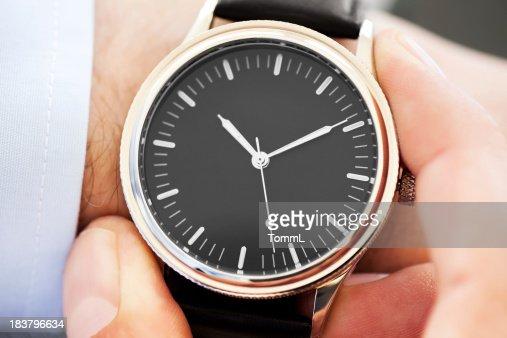 Uomo d'affari controlla il tempo