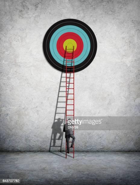 Zakenman klimmen Ladder om doel te bereiken