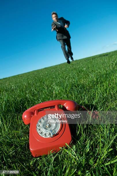 ビジネスマンは、赤い電話してください。