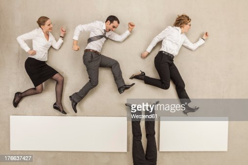 Businessman connecting gap of platform and business people crossing over it : Foto de stock