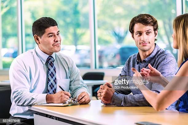 Homme d'affaires consultation avec les clients