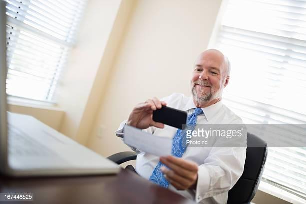 ビジネスマンのチェックをスマートフォンを配置