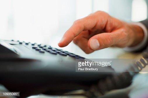 Uomo d'affari telefono in ufficio di composizione