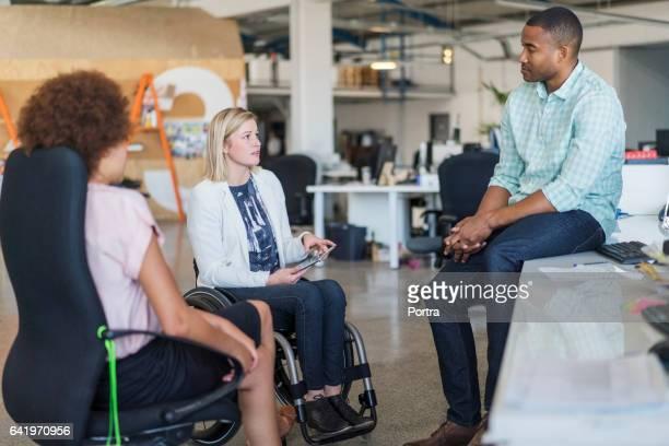 Homme d'affaires, discuter avec ses collègues de bureau