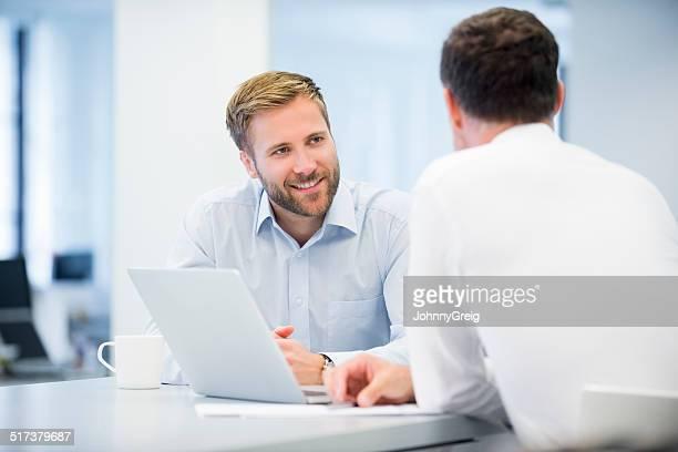 Uomo d'affari parlando con un collega maschio
