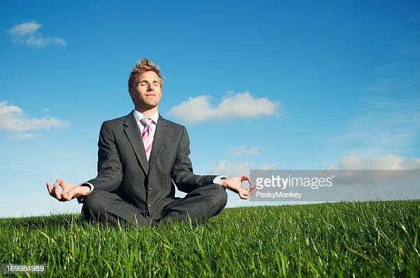 Hombre hace Yoga en amplia Meadow