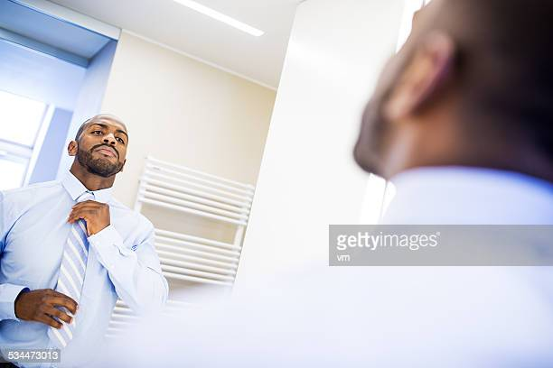 Uomo d'affari di medicazione per lavoro