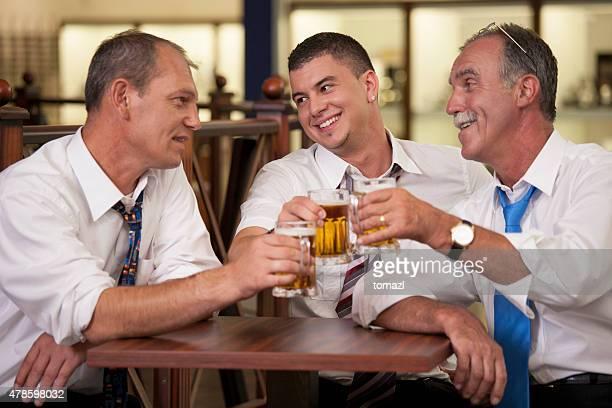 ビジネスマン飲むビールがお仕事の後には、パブ