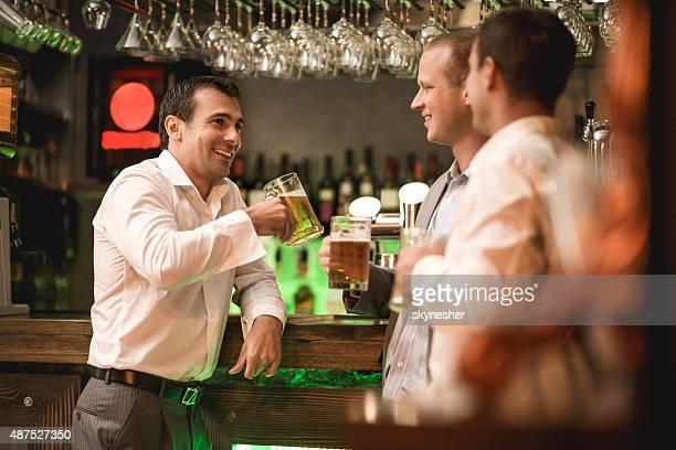 Geschäftsmann trinken Bier in der bar und im Gespräch mit seinen Kollegen.