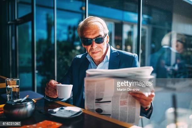 Homme d'affaires de boire du café