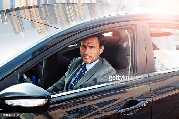 Homme d'affaires de conduire une voiture dans la Marina de Dubaï.