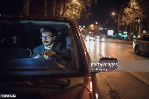 Homme d'affaires, conduite de nuit
