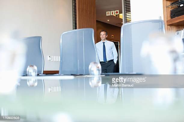 Empresário entrar Sala de Conferência