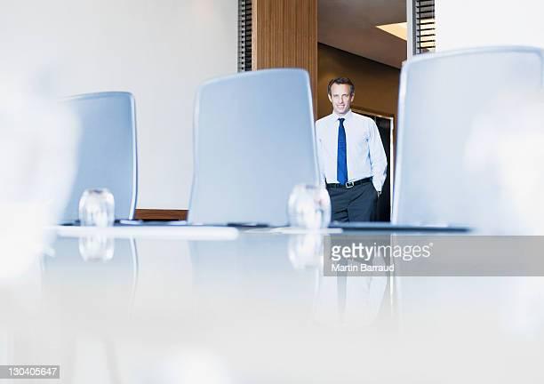 Empresário entrar sala de conferências vazia