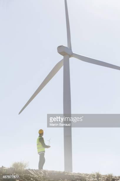 ビジネスマン内部の風力タービンの田園風景