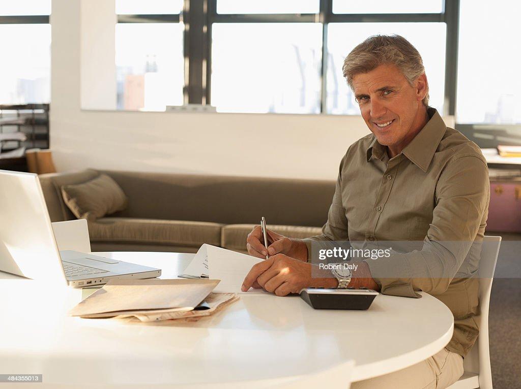 Empresário responder a papelada no escritório : Foto de stock
