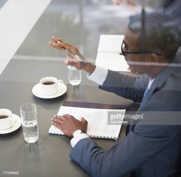 Geschäftsmann Gestikulieren in den Meetingräumen