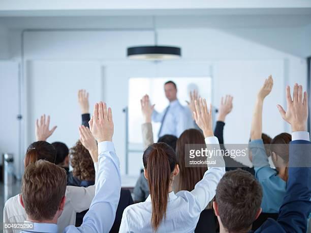 Uomo d'affari dando la presentazione alla riunione