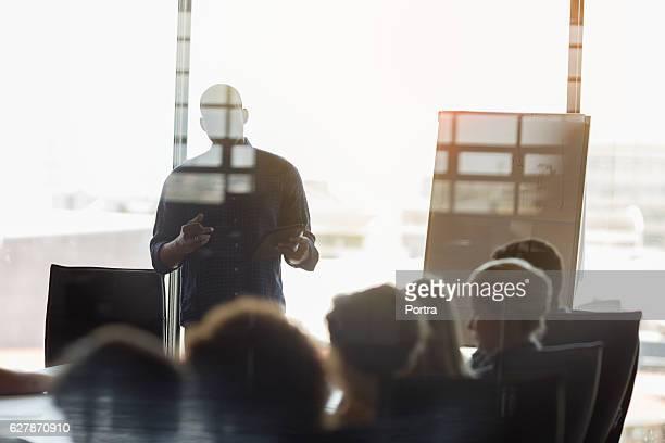 Uomo d'affari dando presentazione ai colleghi